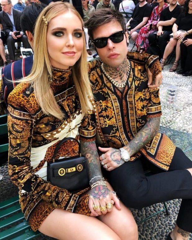 Chiara y Fedez en el desfile de Versace