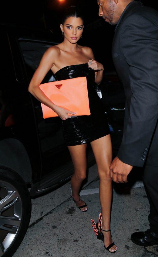 Kendall Jenner con los zapatos de fuego Prada