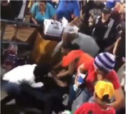Vídeo: Dos aguiluchas peleando en el Estadio Cibao por un asiento