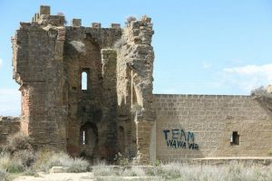"""Pintan frase """"Team wawawa"""" en muros de un castillo de España"""