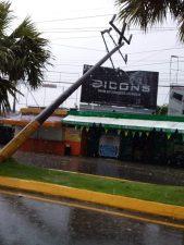Video: Ventarrón causó daños en La Vega con desplome postes eléctricos