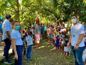 Jóvenes educan sobre protección del ambiente e intercambian plásticos por juguetes.