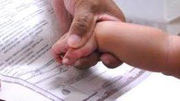 Pueden hijos llevar apellido de la madre en primer lugar