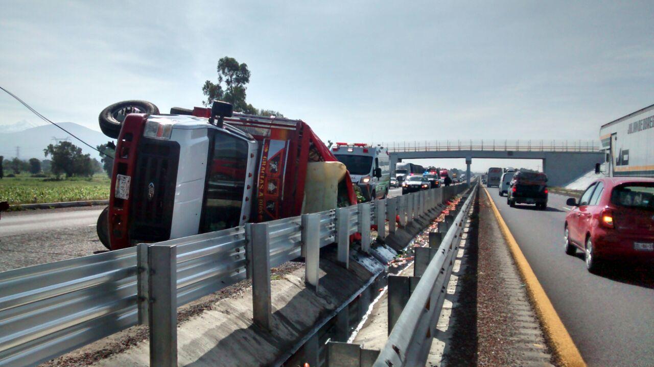 El exceso de velocidad provocó que el operador de una camioneta volcara sobre la autopista Puebla-Orizaba
