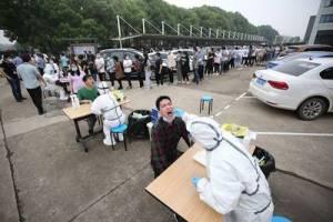 Tras nuevo brote, China vuelve a hacer pruebas de Covid-19