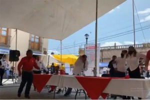 """Lanzan """"huevazos"""" contra Fernández Noroña"""
