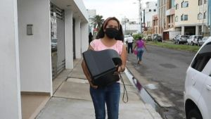 Maestra colecta televisores para que niños tomen clases