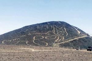 Sorprende figura de gato gigante en colina de Perú