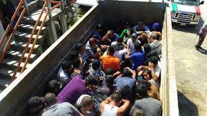Rescatan a migrantes hacinados en una camioneta, en Oaxaca