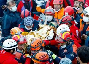 Rescatan con vida a dos niños sepultados por sismo en Turquía