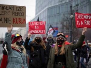 Polonia promulga prohibición casi total del aborto