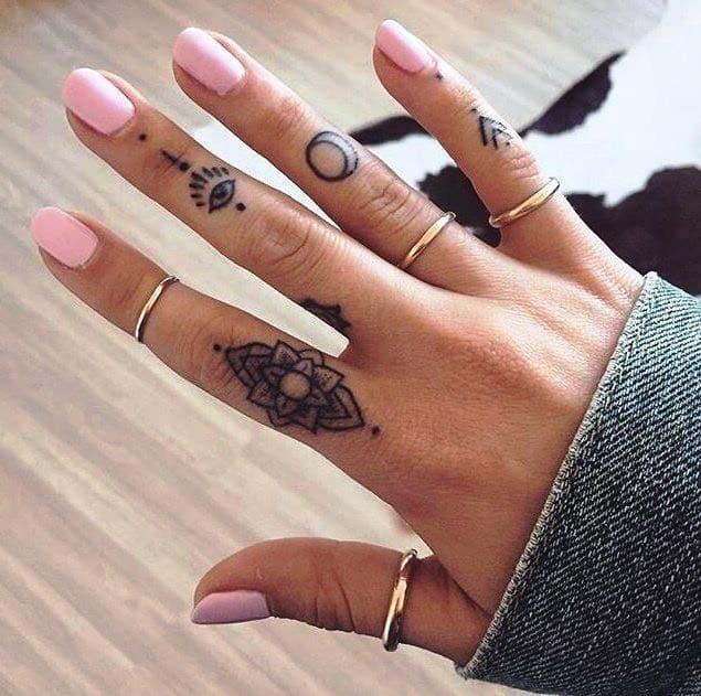 69 Tatuajes En Los Dedos Para Chicas Que Te Encantarán