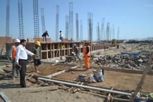 Alcalde Ney Gamez, acompañado de los representantes de la empresa, verifica personalmente los avances de la obra.