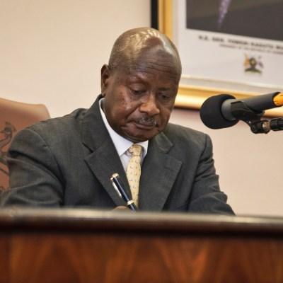 Uganda firma ley que castiga homosexualidad con cadena perpetua