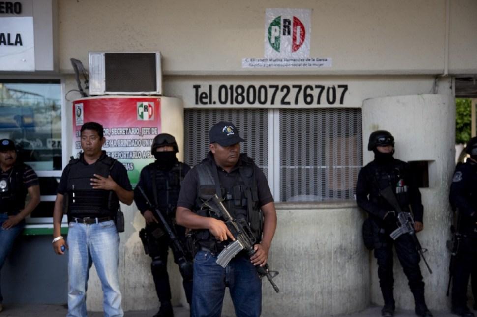 Autoridades municipales en Iguala, Guerrero, custodian en día de elecciones.