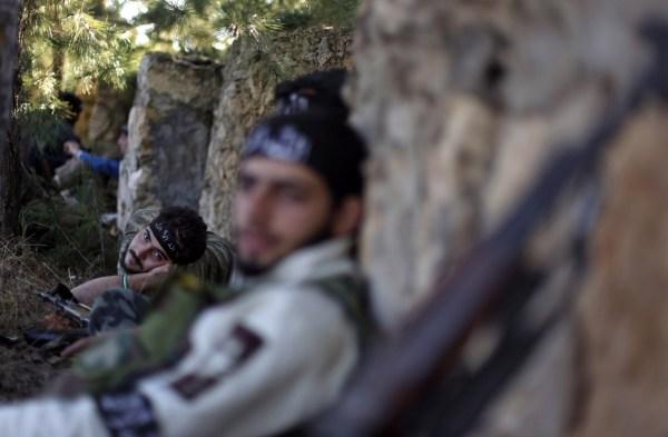 Soldados rebeldes sirios descansan.