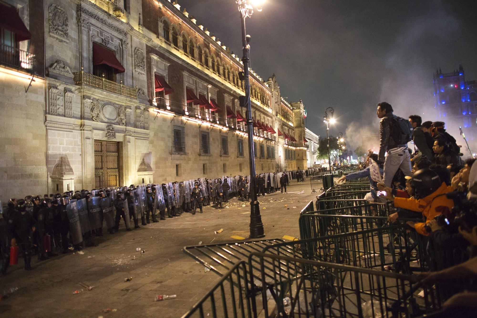 Las manifestaciones por Ayotzinapa presionaron para conseguir respuestas del gobierno sobre qué pasó la noche de Iguala donde desaparecieron 43 estudiantes en Guerrero.