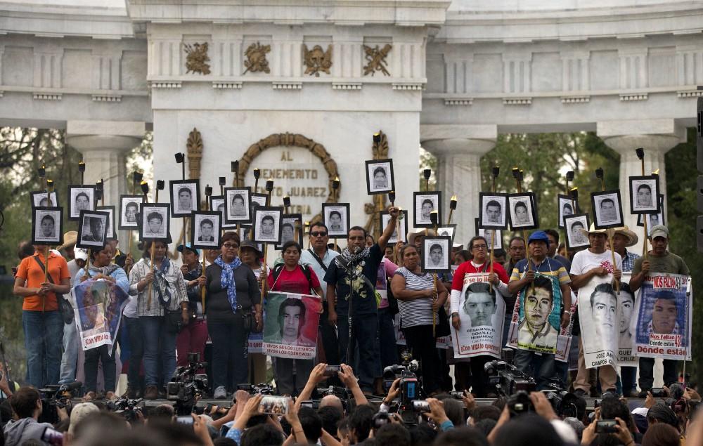 Familiares de desaparecidos de Ayotzinapa protestan en la Ciudad de México.