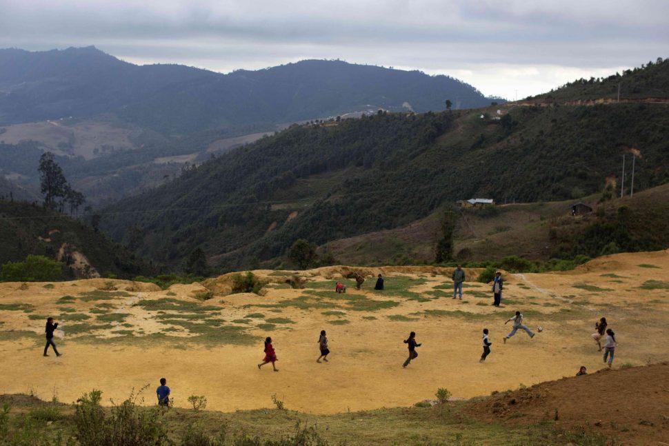 Niños jugando en un campo de fubtol en San Miguel Amoltepec.