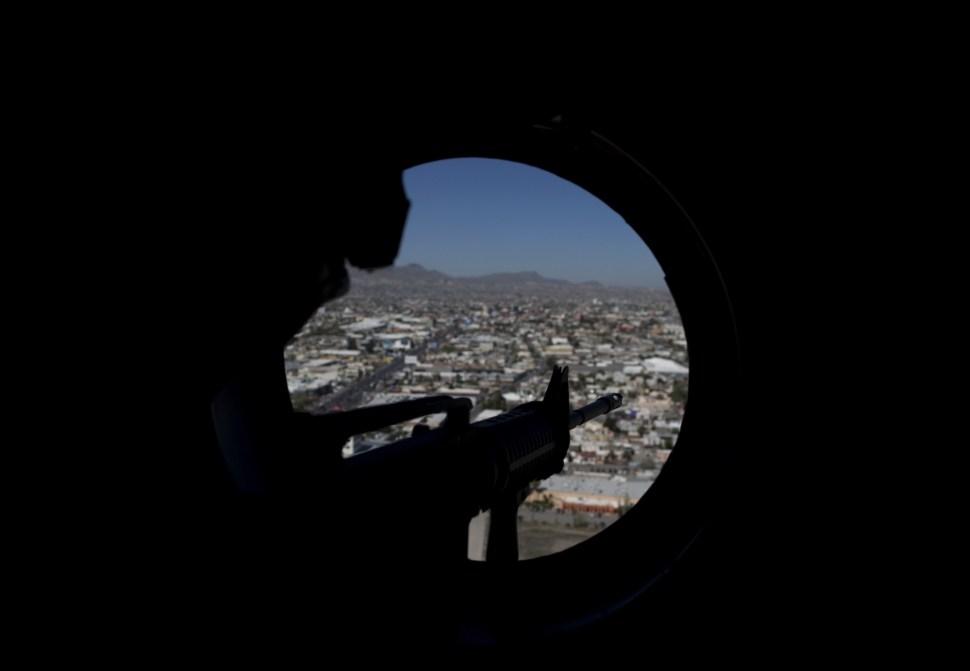 Un francotirador vigila en un helicóptero que vuela sobre Ciudad Juárez, Chihuahua.