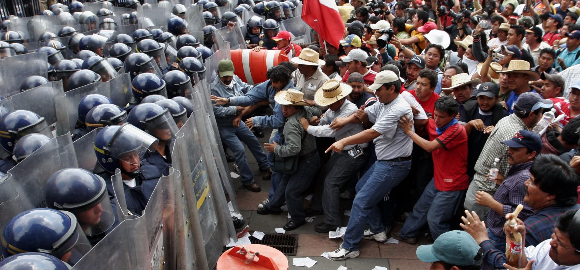 Manifestantes chocan contra la policía afuera del Senado en la Ciudad de México en protestas contra las reformas laborales en el año 2007.
