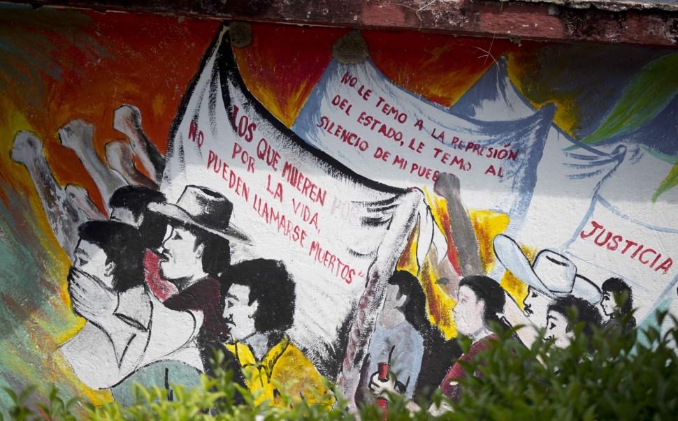 Mural en el interior de la Escuela Normal Raúl Isidro Burgos.
