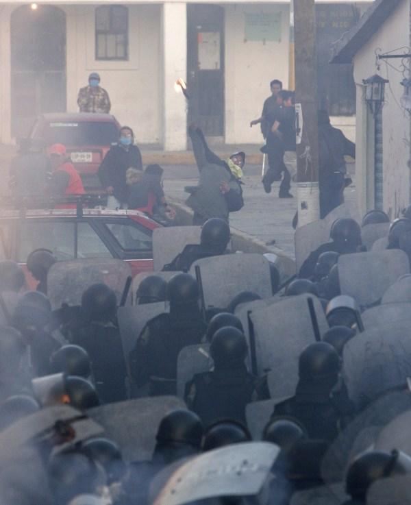 Policías y manifestantes se enfrentaron en San Salvador Atenco el 4 de mayo del 2006.