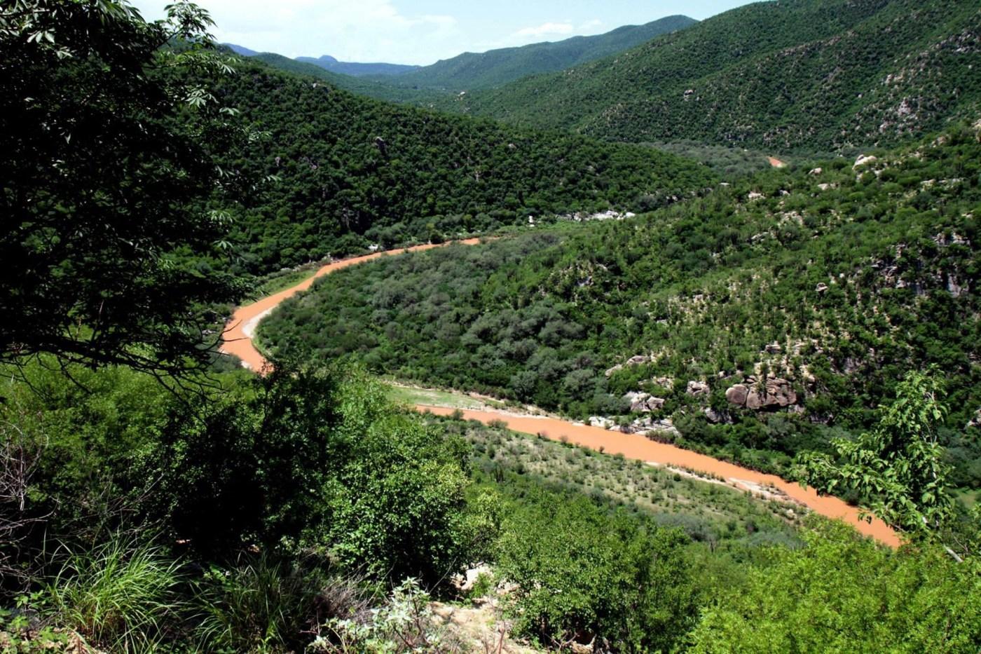 Vista del río Sonora después de ser contaminado.