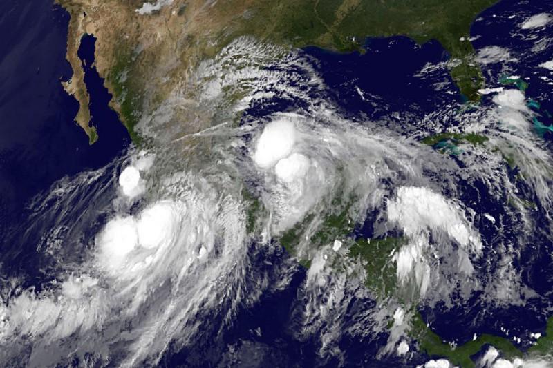 En esta imagen de NOAA, aparece en el Golfo de Mexico el huracán Ingrid. Del lado del Pacífico vemos el huracán Manuel.