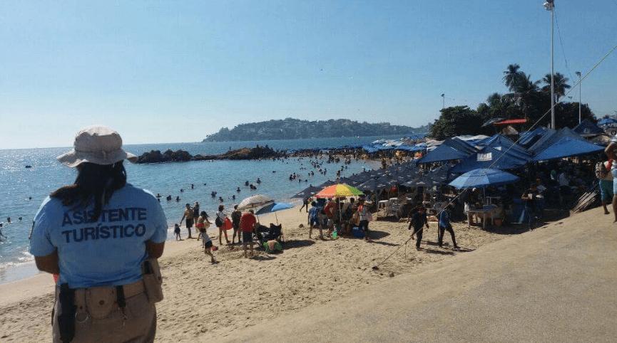 Turistas inician 2017 en playas de Acapulco