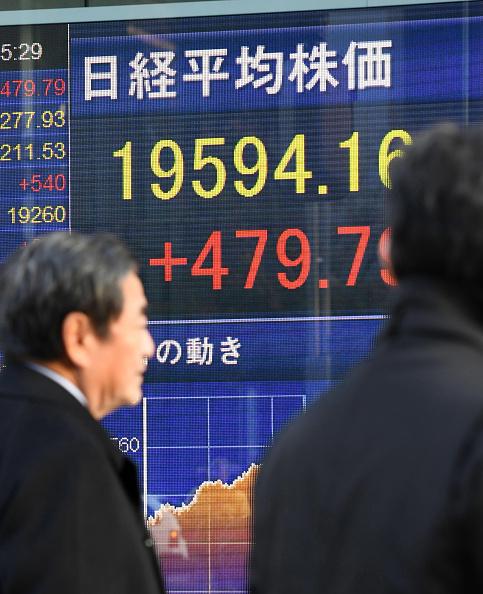 Un tablero eléctrico en Tokio muestra los resultados de la sesión para el índice Nikkei. (Getty Images)