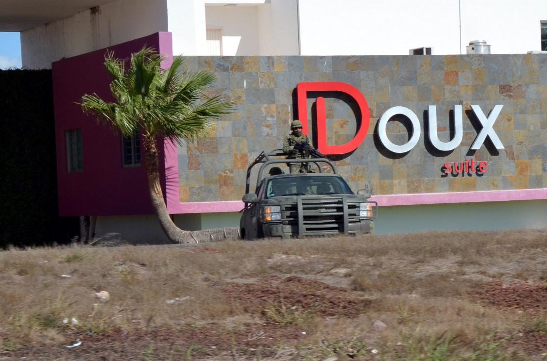 """Un vehículo del ejército mexicano hace guardia en el motel donde """"El Chapo"""" Guzmán fue capturado."""