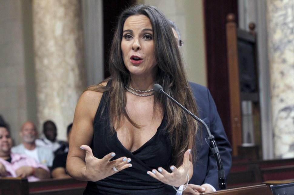 Kate Del Castillo rompe el silencio cuando habla en una conferencia de prensa en Los Ángeles, Estados Unidos. Aclara que nunca pasó por bloqueo militar cuando iba de camino a entrevistar a Guzmán Loera.