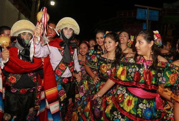 Parachicos y chiapanecas mantienen tradición en Chiapa de Corzo, Chiapas
