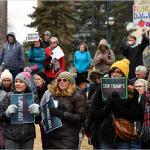 Cientos de personas protestan en Colorado por las medidas migratorias de Donald Trump.