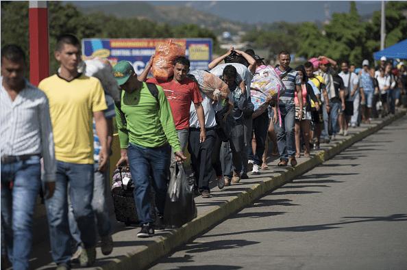Cientos de venezolanos cruzan la frontera colombiana en busca de alimentos.