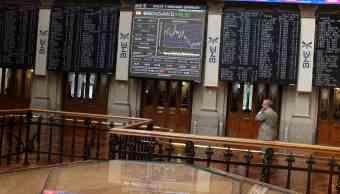 Operadores del mercado bursátil español atentos a la cotización diaria de los papeles accionarios (Getty Images)