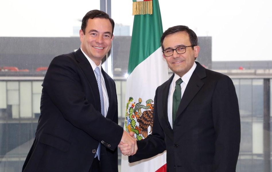 El nuevo titular de ProMéxico, Paulo Carreño, y el secretario de Economía, Ildefonso Guajardo. (Secretaría de Economía)