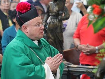 Católicos oran en la Catedral Metropolitana por víctimas del terrorismo