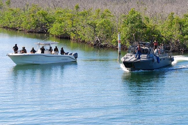 Barco naval transporta cubanos indocumentados para ser enviados a la isla; migrantes de Centroamérica y caribeños dicen no temer a las leyes migratorias de Donald Trump