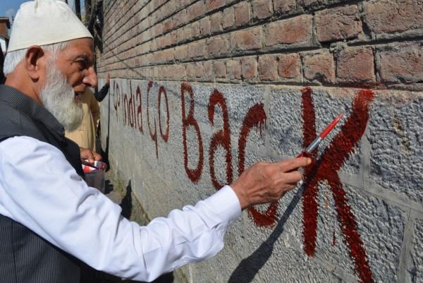 Syed Ali Shah Geelani, líder de la resistencia cachemira, protesta con un graffiti contra la violencia perpetrada por India en la región.