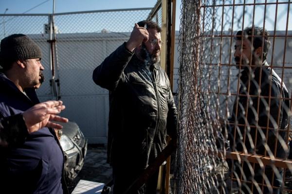 La frontera turca con Siria permanece cerrada aún cuando los migrantes buscan escapar de la violencia