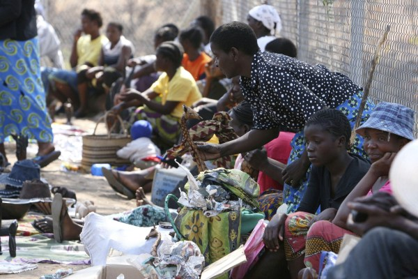 La gente de Zimbabue escapa del país para buscar fuera de las fronteras mercancías báscicas
