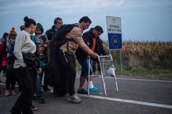 Migrantes cruzando de Hungría a Croacia