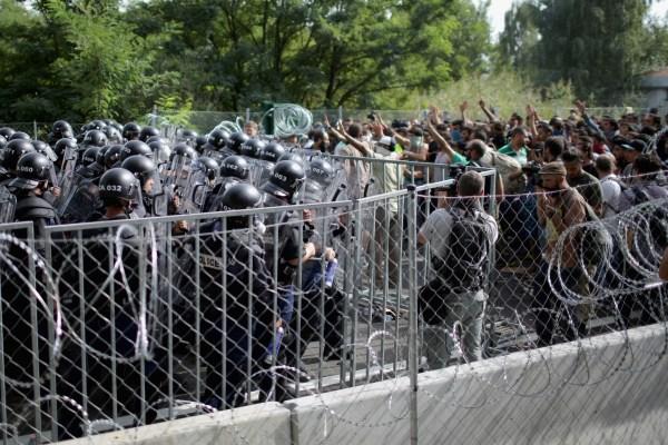 Represión contra los migrantes por la policía húngara en la frontera con Serbia.