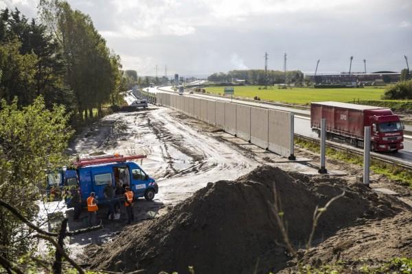 Levantamiento del muro en la «Jungla de Calais» en Calais, Francia.
