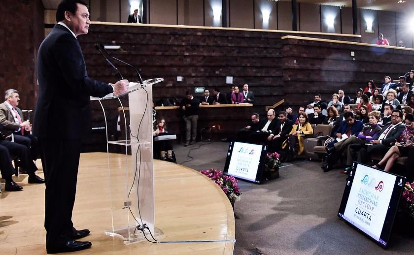 El secretario de Gobernación, Miguel Ángel Osorio Chong, respondió a las declaraciones del expresidente Calderón sobre dejar de colaborar con EU en materia de seguridad; subrayó que México no trabaja para ese país sino en devolverle la tranquilidad a los mexicanos.