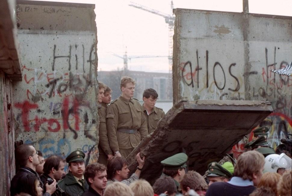 Desmantelamiento del muro de Berlín en 1989.