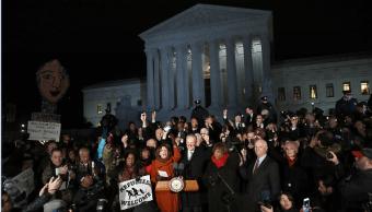 Representantes y senadores demócratas protestan en la sede de la Corte Suprema de Estados Unidos contra Donald Trump.