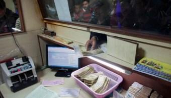 El dólar, hasta en $22.01 en ventanillas bancarias (AP)